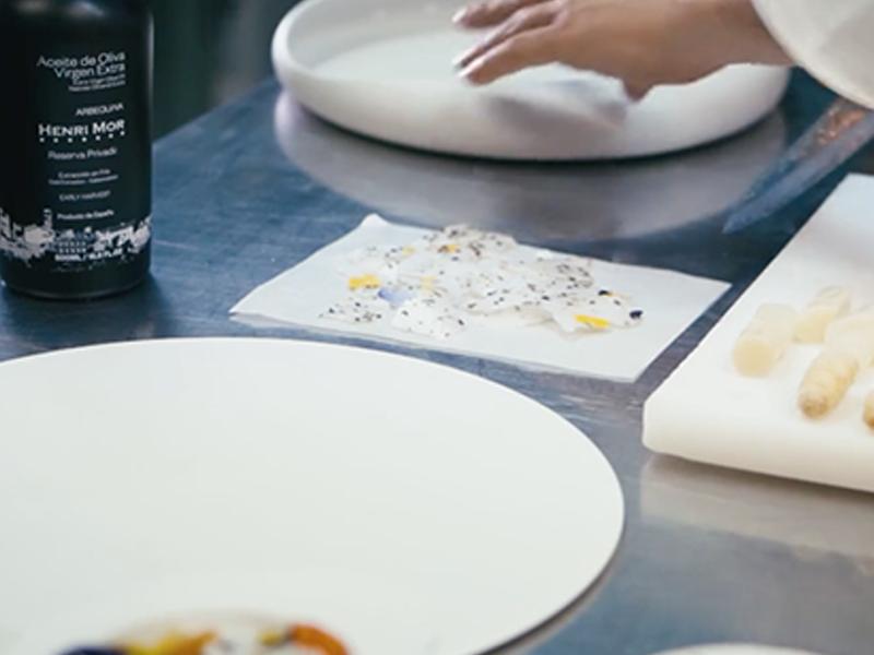 Xavier Lahuerta & Henri Mor: Espárragos blancos, en flor y aire de aceite de oliva virgen extra