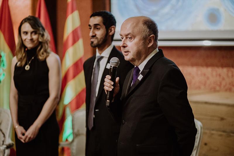 Sonia G Caballero hace entrega de su obra para el gobierno de Emiratos Árabes Unidos en Barcelona