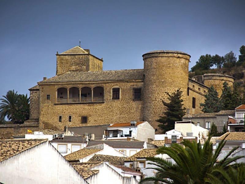 Castillo de Canena apoya a Pilar Latorre en la realización de su libro sobre viajes
